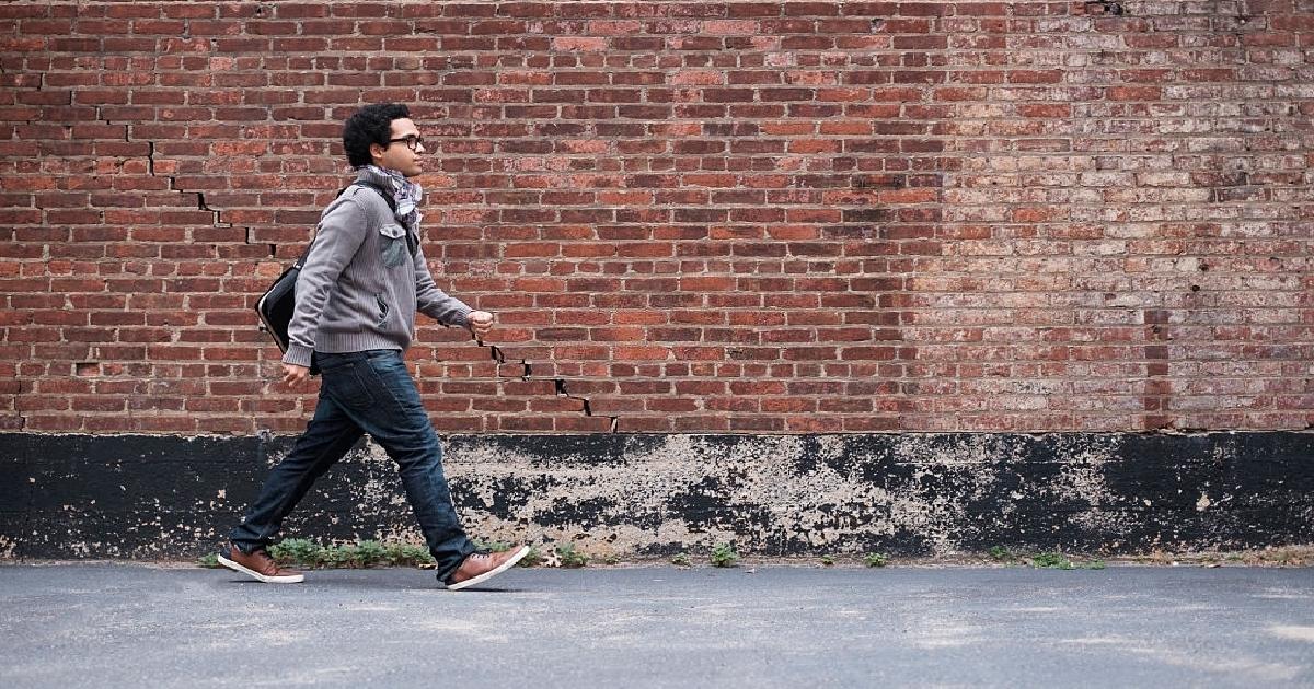Sal a caminar para cambiar tu entorno de trabajo y hacer ejercicio.