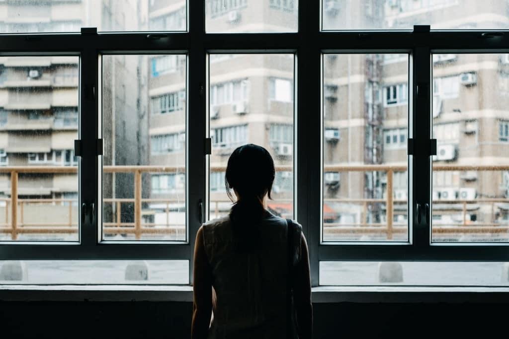 Sentirse solos es nuestra experiencia, que puede suceder independientemente de si está solo o no.
